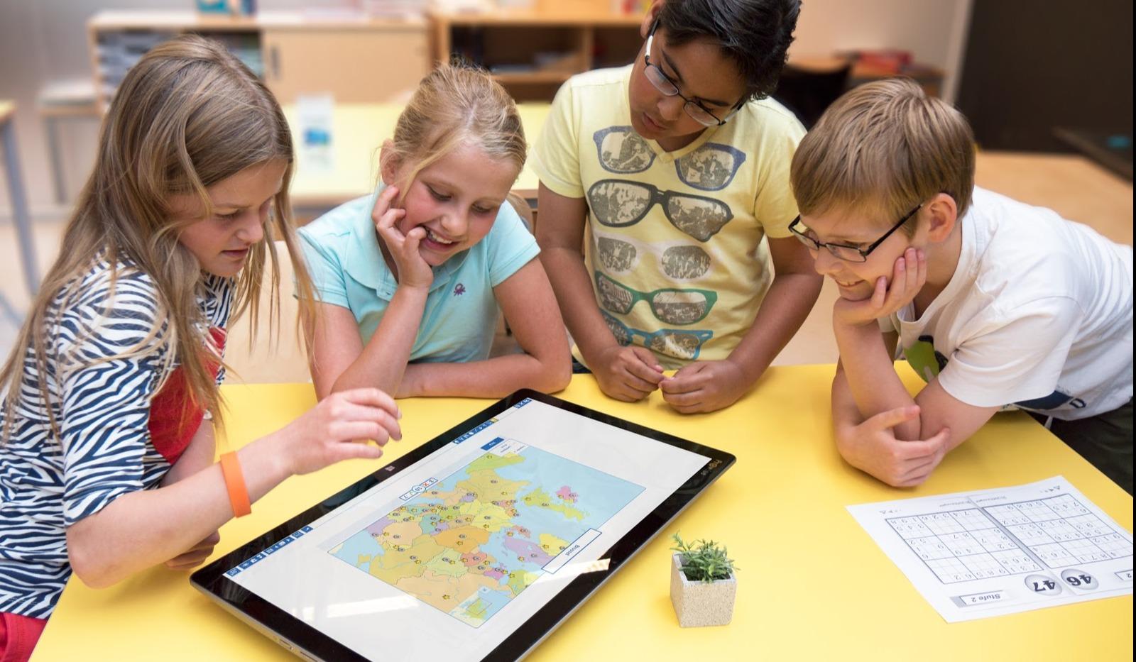 barn bruker interaktiv skjerm i skolen